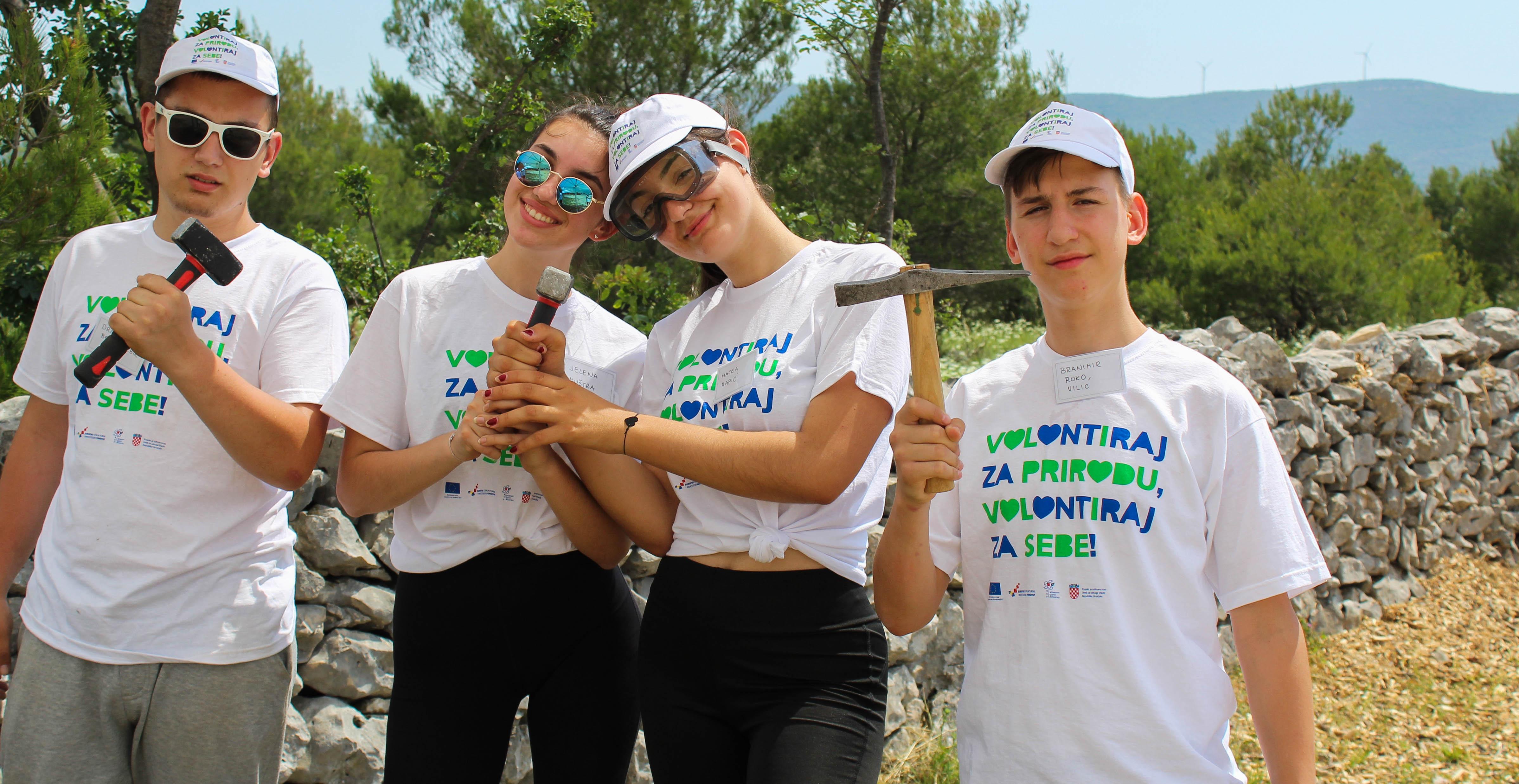 """Mladi učenici volonteri obnovili 100 metara suhozida na ulazu u NP """"Krka"""""""